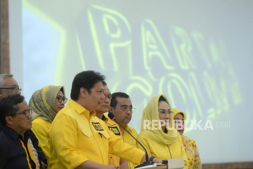Bahas Persiapan Debat ke-4. Ketua Umum Partai Golkar Airlangga Hartarto menyampaikan keterangan pers sebelum diskusi di kantor DPP Partai Golkar, Jakarta, Rabu (27/3/2019).