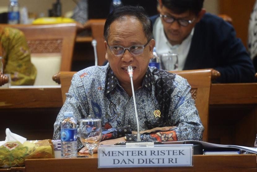 Menristekdikti Mohamad Nasir menyampaikan pandangannya dalam rapat kerja dengan Komisi VII DPR di Kompleks Parlemen, Senayan, Jakarta, Selasa (30/1).