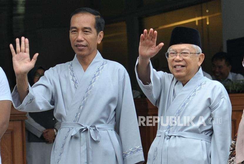 Calon presiden petahana Joko Widodo bersama calon wakil presiden KH. Ma'ruf Amin berfoto sebelum melakukan sesi pemeriksaan kesehatan di RSPAD Gatot Soebroto, Jakarta, Ahad (12/8).