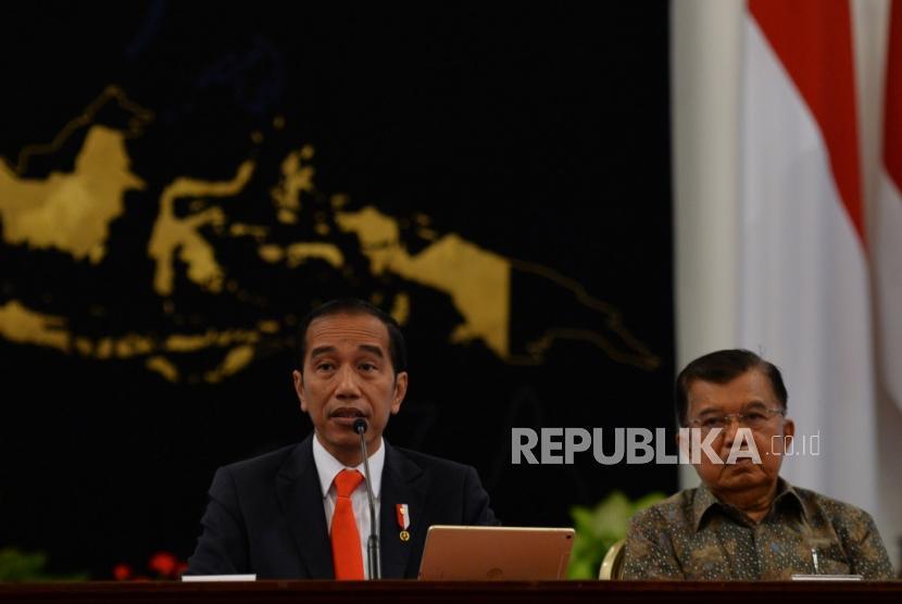 Presiden Joko Widodo dan Wakil Presiden Jusuf Kalla mengumumkan pemindahan ibukota negara di Istana Merdeka, Jakarta, Senin (26/8).