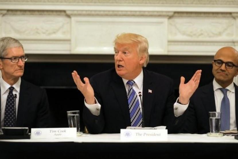 Curahan Hati CEO Apple ke Donald Trump. (FOTO: Reuters/Carlos Barria)