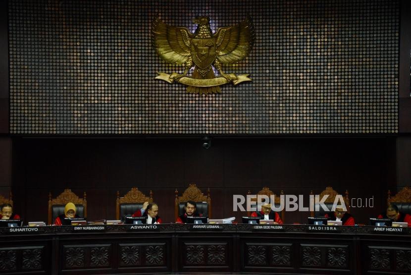 Ketua Mahkamah Konstitusi Anwar Usman (tengah) bersama para hakim saat sidang lanjutan Perselisihan Hasil Pemilihan Umum (PHPU) Pemilihan Presiden (Pilpres) 2019 di Gedung Mahkamah Konstitusi, Jakarta, Selasa (18/6).