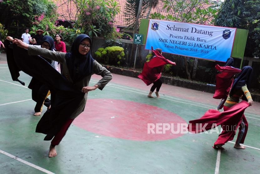 Sejumlah pelajar latihan menari untuk persiapan tampil pada demo ekstrakurikuler di SMK Negeri 25, Pasar Minggu, Jakarta, Selasa (17/7).