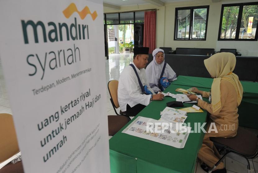 Pegawai PT Bank Syariah Mandiri (Mandiri Syariah). (Ilustrasi)