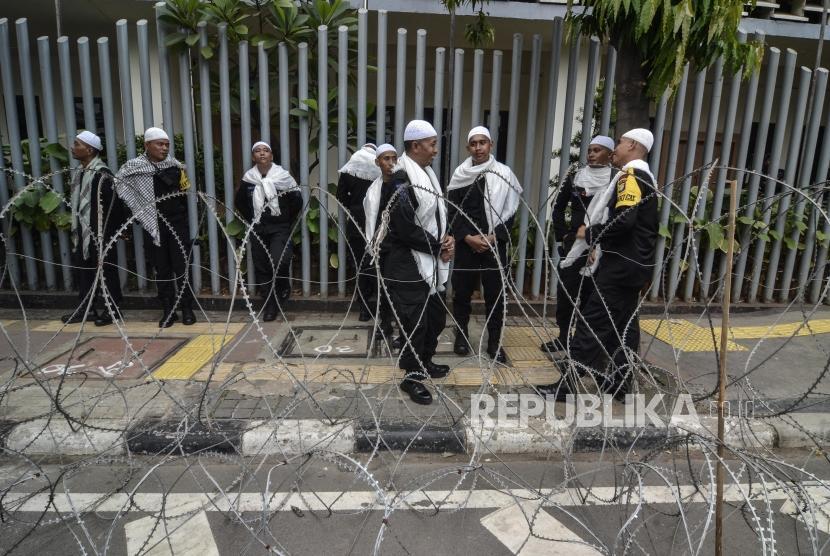 Sejumlah polisi berjaga-jaga saat aksi damai di depan gedung Badan Pengawas Pemilu (Bawaslu), Jakarta Pusat, Jum'at (10/5).