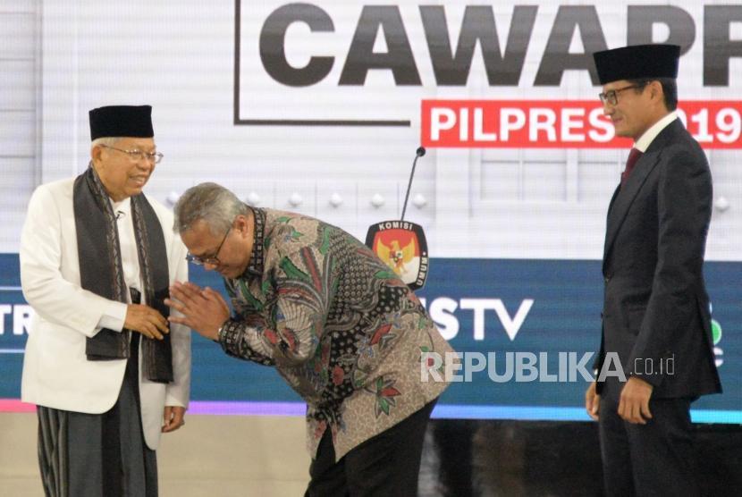 Debat Cawapres. Cawapres no 01 KH Ma'ruf Amin bersalaman dengan Ketua KPU RI Arief Budiman dan Cawapres No 02 Sandiaga Uno saat debat Cawapres Pilpres 2019 di Jakarta, Ahad (17/3).