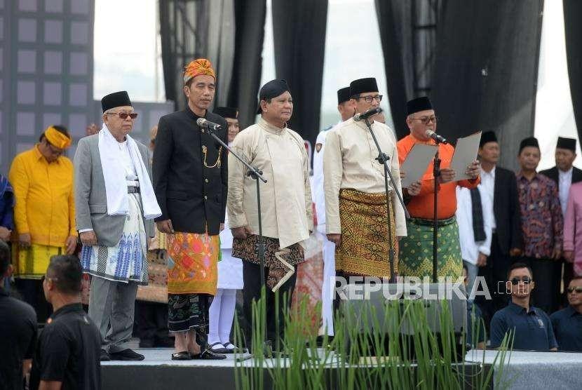 Deklarasi Kampanye Damai. Pasangan capres nomor 01 Joko Widodo-Ma'ruf Amin (kiri) dan pasangan capres nomor 02 Prabowo-Sandiaga Uno (kanan) mengucapkan Deklarasi Kampanye Damai dan Berintegritas Pemilu 2019 di Kawasan Monumen Nasional, Jakarta, Ahad (23/9).