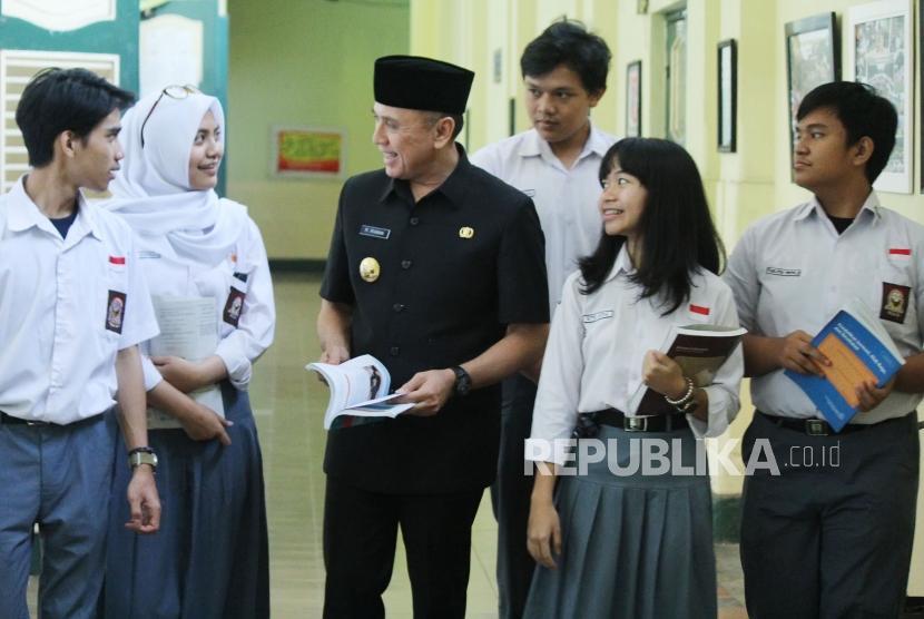 Penjabat (Pj) Gubernur Jabar M Iriawan yang juga alumni SMAN 5 Bandung, berbincang dengan para siswa, di sela-sela peninjauan secara langsung pelaksanaan Pendaftaran Peserta Didik Baru (PPDB), di SMAN 5, Jalan Belitung, Kota Bandung, Selasa (3/7).
