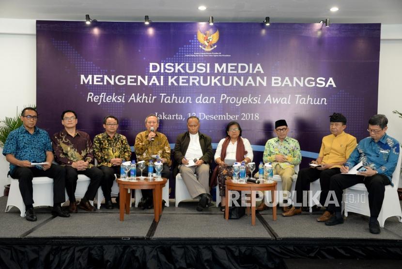 Utusan Khusus Presiden Untuk Dialog dan Kerjasama Antar Agama dan Peradaban (UKP-DKAAP) Syafiq A. Mughni (keempat kiri) bersama para tokoh agama menjadi narasumber dalam refleksi akhir tahun dan proyeksi awal tahun di Jakarta, Kamis (13/12).