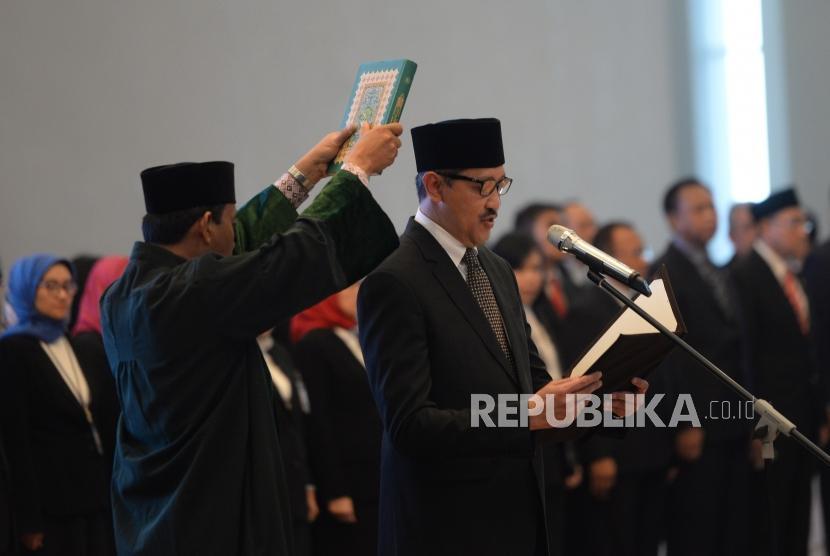 Pelantikan Deputi Gubernur BI. Deputi Gubernur Bank Indonesia Dody Budi Waluyo membaca sumpah jabatan saat pelantikan Deputi Gubernur BI di Mahkamah Agung, Jakarta, Rabu (18/4).