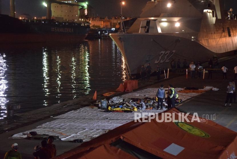 Petugas mengevakuasi puing pesawat Lion Air JT 610 pascakecelakaan, di Pelabuhan Tanjung Priok, Jakarta, Senin (29/10/2018).