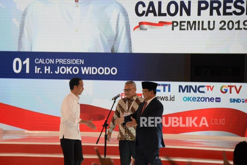 Capres No 01 Joko Widodo dan Capres No 02 Prabowo Subianto saat debat kedua calon presiden pemilu 2019, Jakarta, Ahad (17/2).