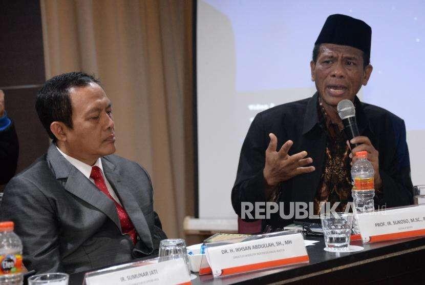 Kepala Badan Penyelenggara Jaminan Produk Halal (BPJPH) Sukoso memberikan pandanganya didampingi Direktur Eksekitif Indonesia Halal Watch (IHW) Ikhsan Abdullah ketika menjadi narasumber dalam acara Focus Group Discussion (FGD) di Jakarta, Rabu (12/9).
