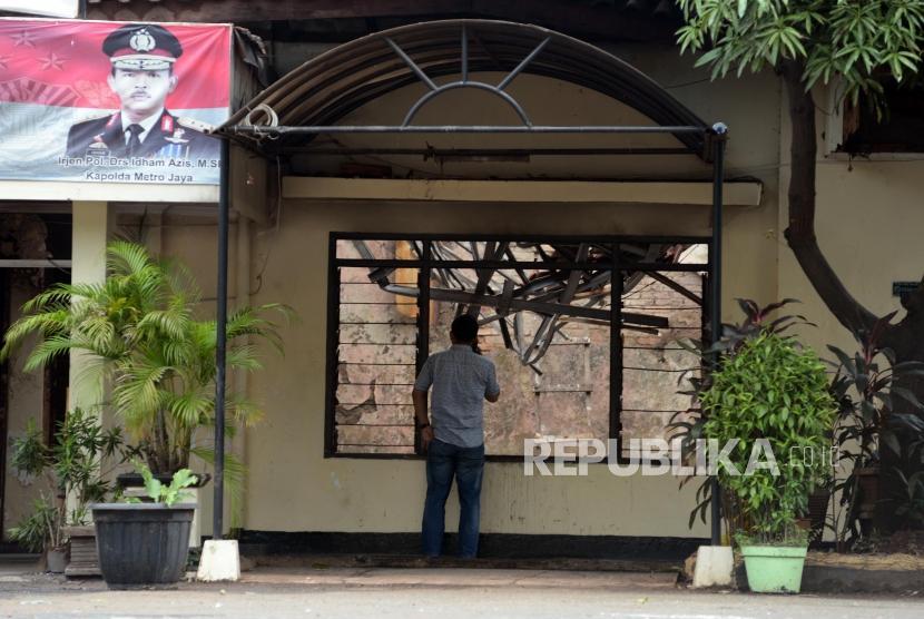 Sejumlah petugas kepolisian beraktivitas pasca peristiwa perusakan dan pembakaran di gedung Polsek Ciracas, Jakarta, Rabu (12/12).