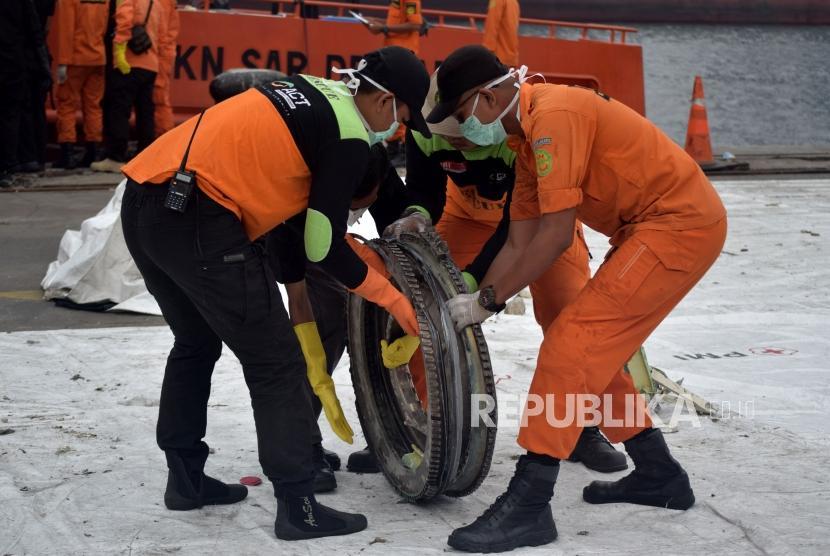 Petugas SAR gabungan mengevakuasi puing pesawat Lion Air JT 610 saat tiba Posko Terpadu Pelabuhan Tanjung Priok, Jakarta, Sabtu (3/11).