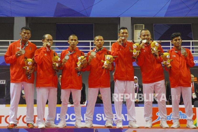 Tambahan Perak dari Sepak Takraw. Tim Sepak Takraw Indonesia mengikuti upcara pengalungan medali cabang Sepak Takraw nomor Regu Putra Asian Games 2018 di Komplek Olahraga Jakabaring, Palembang, Selasa (28/8).