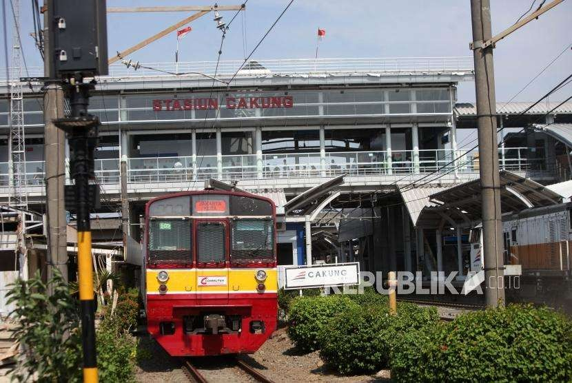Kereta KRL melintas di Stasiun Cakung yang telah di lakukan modernisasi, Jakarta, Selasa (9/10).