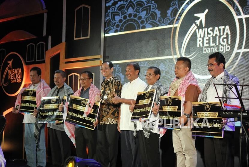 Dirut Bank BJB Ahmad Irfan berfoto bersama para pemenang hadiah langsung BJB Perjalanan Religi 2017, pada acara pengundian hadiah BJB Wisata Religi Periode III untuk para debitur kredit konsumer, di Hotel The Trans Luxury Hotel, Kota Bandung, Kamis (9/11).