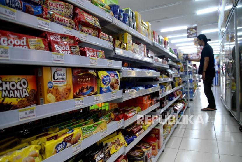 Industri Mamin Penopang PDB. Aneka macam produk makanan dan minuman ditawarkan kepada pembeli di ritel swasta, Jakarta, Kamis (14/12).