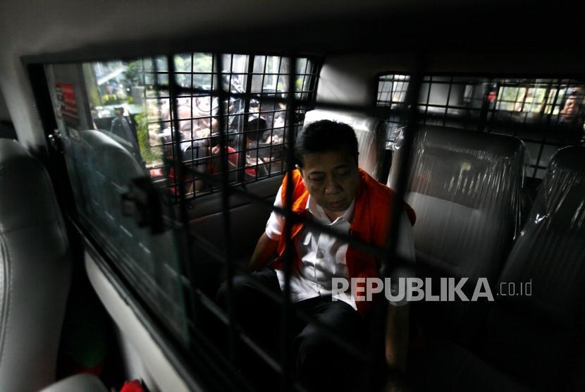 Tersangka kasus korupsi KTP elektronik Setya Novanto masuk ke dalam mobil tahanan seusai menjalani pemeriksaan di gedung KPK, Jakarta, Selasa (21/11).