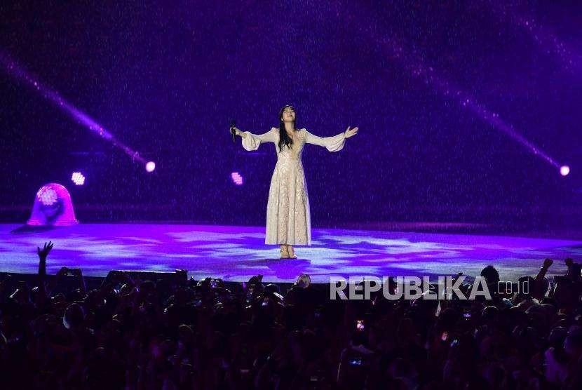 Penampilan  Isyana Sarasvati dalam penutupan Asian Games ke 18 di Stadion Utama Gelota Bung Karno, Jakarta, Ahad(2/9).