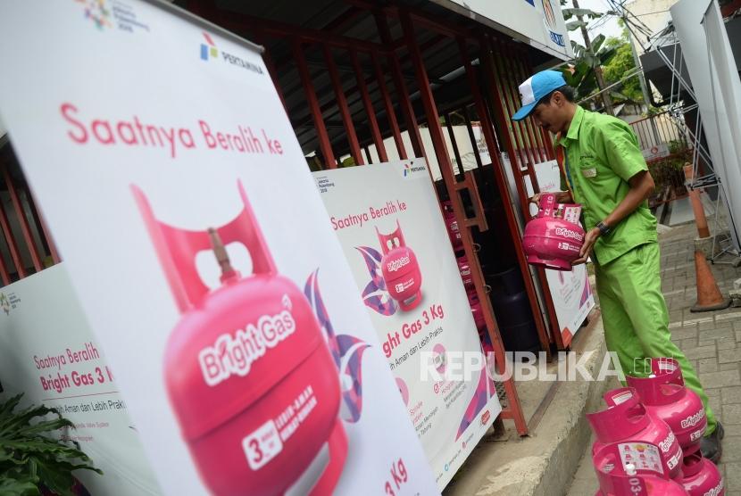 Uji Coba Pasar Bright Gas. Petugas mengeluarkan Bright Gas tigakilogram (kg) non subsidi saat uji coba pasar di SPBU Coco di Jakarta, Selasa (3/7).