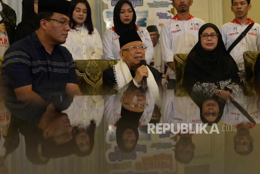 Calon Wakil Presiden no urut satu, Ma'aruf Amin(tengah) memberikan keterangan dalam jumpa media di  Jakarta, Kamis (6/12).