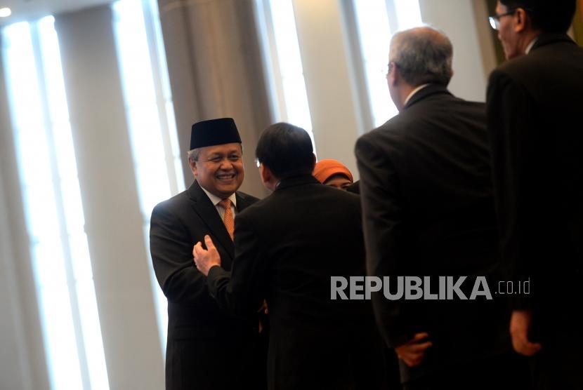 Pelantikan Gubernur Bank Indonesia. Gubernur Bank Indonesia Perry Warjiyo menerima ucapan selamat dari undangan usai pelantikan di Mahkamah Agung, Jakarta, Kamis (24/5).