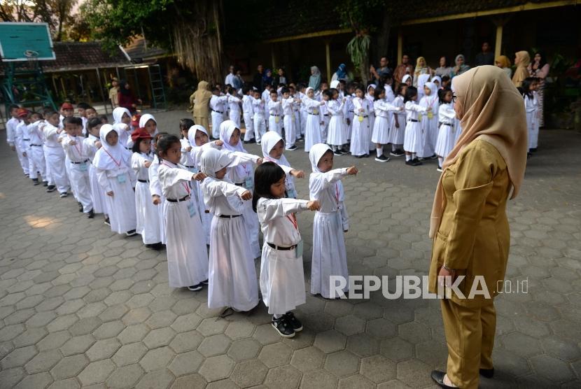 Siswa mengikuti hari pertama sekolah