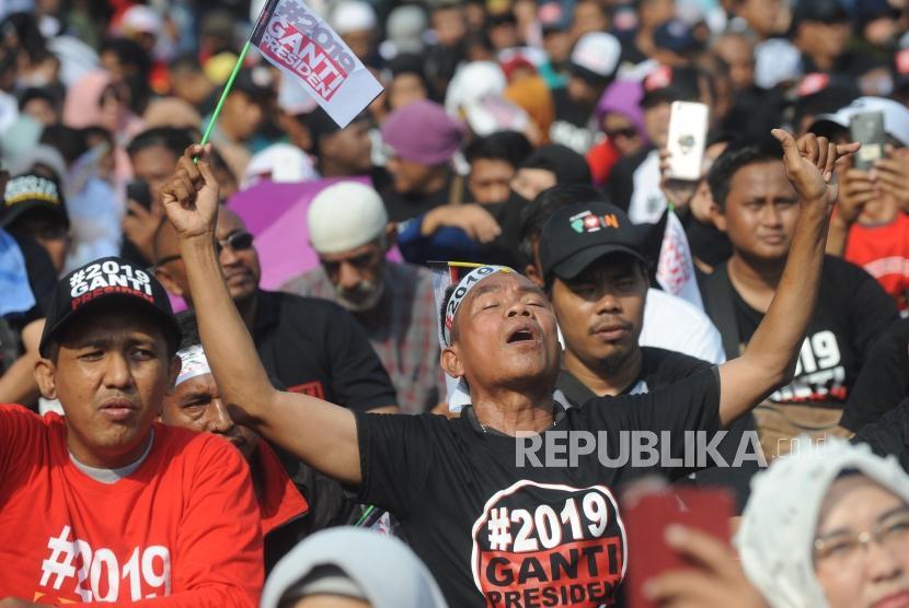 Ekspresi massa yang tergabung relawan nasional 2019 ganti presiden  saat mengikuti deklarasi akbar relawan nasional #2019GantiPresiden di Taman Aspirasi Monas, Jakarta, Ahad (6/5).