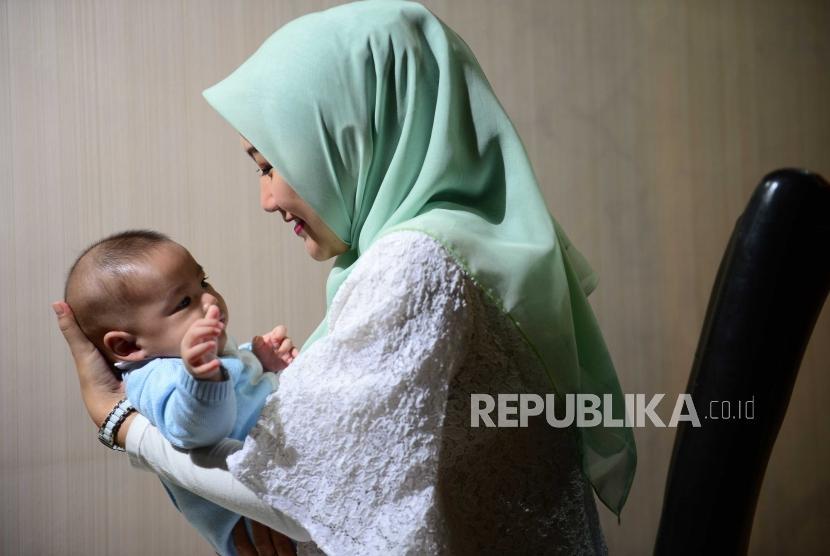 Wanita menggendong bayi, wanita menyusui