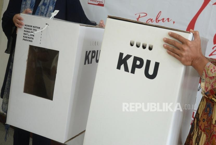 Contoh Kotak Suara Pemilu. Contoh kotak suara berbahan kardus di Kantor KPU Pusat, di Jakarta, Jumat (14/12).
