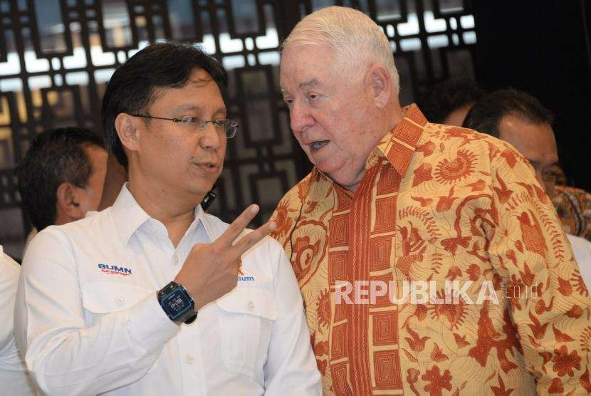 Dirut Inalum Budi G Sadikin  berbincang bersama CEO Freeport McMoRan Inc Richard Adkerson sebelum melakukan penandatanganan perjanjian disaksikan Menteri ESDM Ignasius Jonan (kedua kiri), Menkeu Sri Mulyani (kiri) dan Menteri BUMN Rini Soemarno (ketiga kiri) di Kantor Kementerian ESDM, Jakarta Kamis (27/9).
