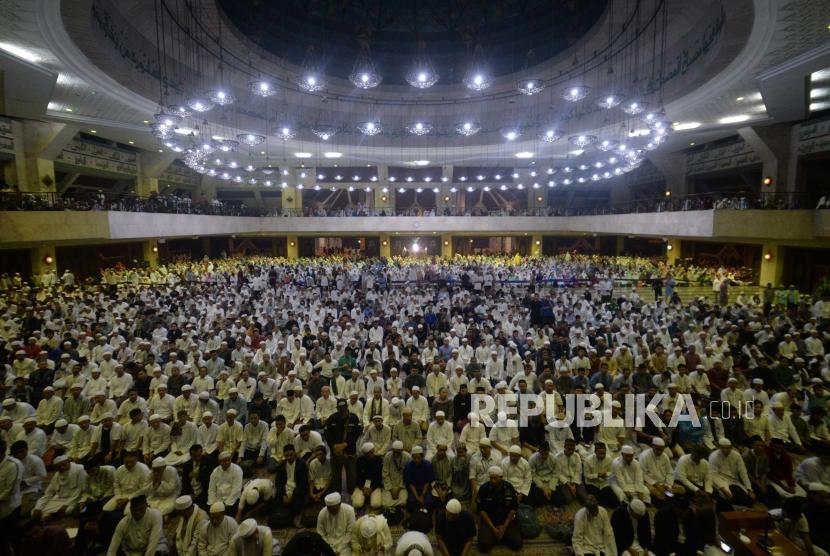 Puluham ribu umat muslim memadati Masid At-Tin dalam acara Dzikir Nasional 2018 di Jakarta, Senin (31/12).