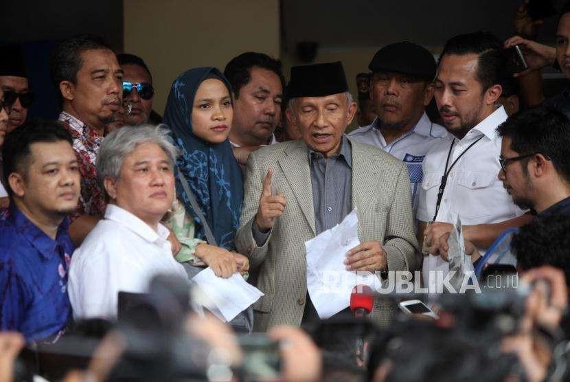 Ketua Dewan Penasehat Partai Amanat Nasional (PAN) Amien Rais didampingi putrinya Tasniem Fauzia Rais memberikan keterangan saat tiba untuk menjalani pemeriksaan di gedung Direskrimum, Mapolda Metro Jaya, Jakarta, Rabu (10/10).