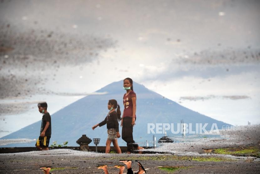Berkurangnya Asap Sulfatara. Gunung Agung terlihat dari Pantai Jemeluk, Amed, Bali, Ahad (3/12).
