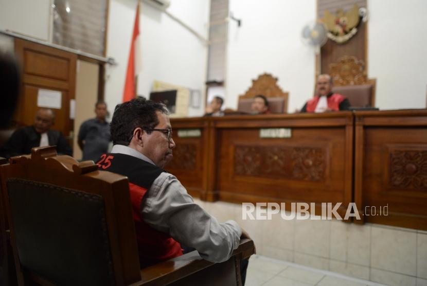 Terdakwa kasus dugaan penghilangan barang bukti pengaturan skor, Joko Driyono saat menjalani sidang putusan di Pengadilan Negeri Jakarta Selatan, Selasa (23/7).