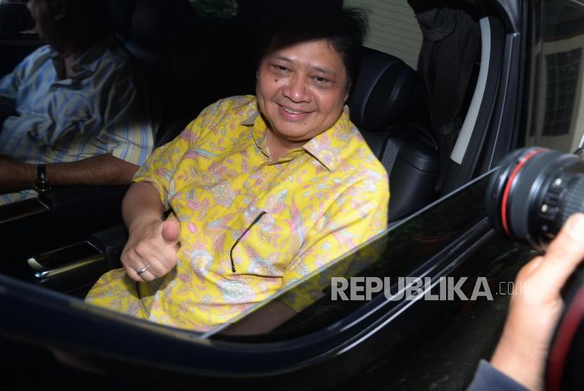 Menteri Perindustrian Airlangga Hartarto meninggalkan di Kantor PPK Kosgoro 1957, Jakarta, Sabtu (2/12).