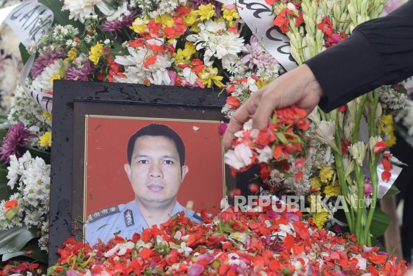 Keluarga korban  menabur bunga usai upacara pemakaman korban jatuhnya pesawat Lion Air PK-LQP  AKBP Sekar Maulana saat pemakaman di TPU Karet Bivak, Jakarta, Kamis (8/11).