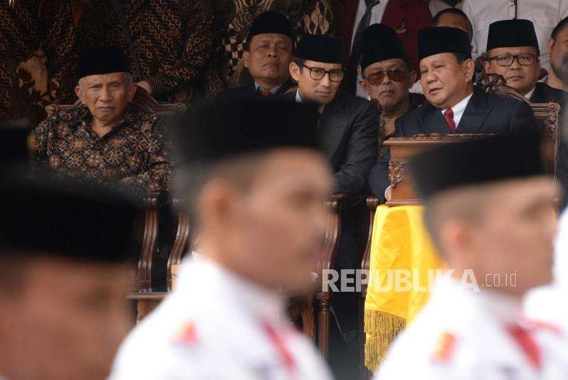 Bakal Capres Cawapres Prabowo Subianto (kanan) dan Sandiaga Uno (tengah) serta politisi senior PAN Amien Rais (kiri) mengikuti Upacara Peringatan Detik-detik Proklamasi Kemerdekaan ke-73 di Universitas Bung Karno (UBK), Jakarta, Jumat (17/8).