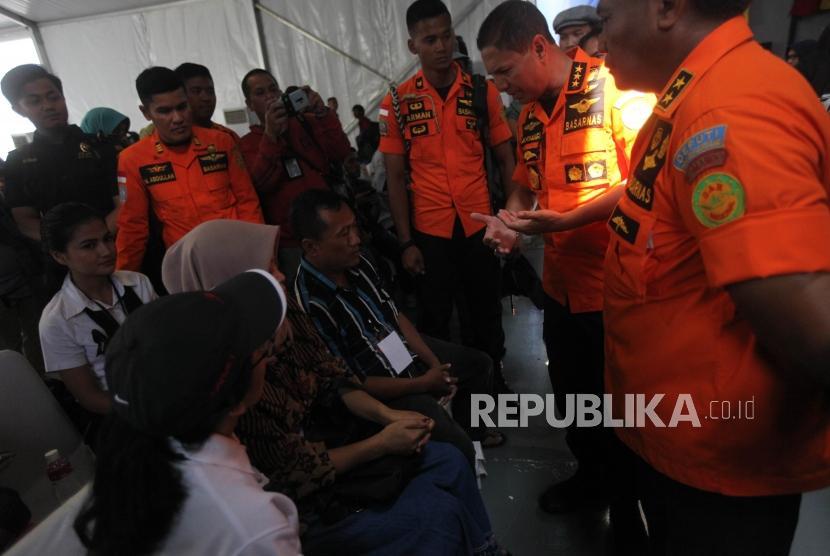 Kepala Basarnas M. Syaugi berbincang dengan warga korban pesawat Lion Air JT-610 yang jatuh saat doa bersama dan tabur bunga di KRI Banjarmasin 592 di Perairan Karawang, Jawa Barat, Selasa (6/11).
