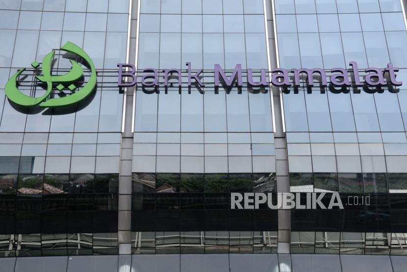 Logo Bank Muamalat terpasang depan kantor pusatnya, Jakarta, Ahad (2/12).