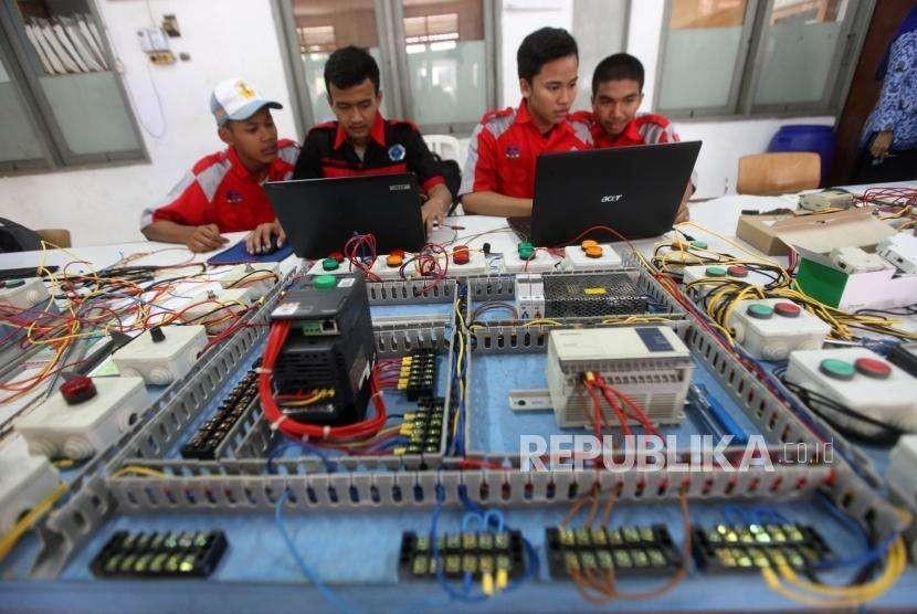Pandemi Covid-19 membuat siswa SMK tak bisa melaksanakan ujian untuk uji kompetensi keahlian (UKK). Foto sejumlah siswa Sekolah Menengah Kejuruan (SMK) melakukan praktik Program Logic Controller (PLC) di SMK Negeri 1, Jakarta.