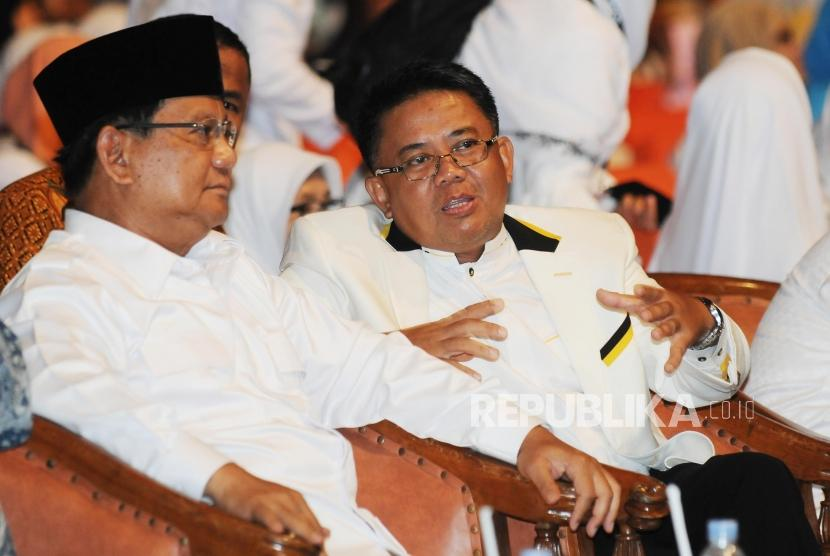 Presiden PKS Sohibul Iman (kanan) berbincang dengan Ketua Umum Partai Gerindra Prabowo Subianto (kiri)  pada perayaan ulang tahun PKS di Sentul International Convention Center (SICC), Bogor, Jawa Barat, Ahad (13/5).