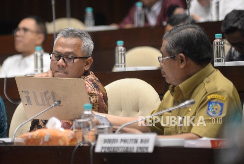 Ketua KPU Arief Budiman (kiri) berbincang dengan Staf Ahli Bidang Pemerintahan Kemendagri Suhajar Diantoro saat mengikuti Rapat Dengar Pendapat (RDP) dengan Komisi II DPR di Kompleks Parlemen Senayan, Jakarta, Selasa (13/3).