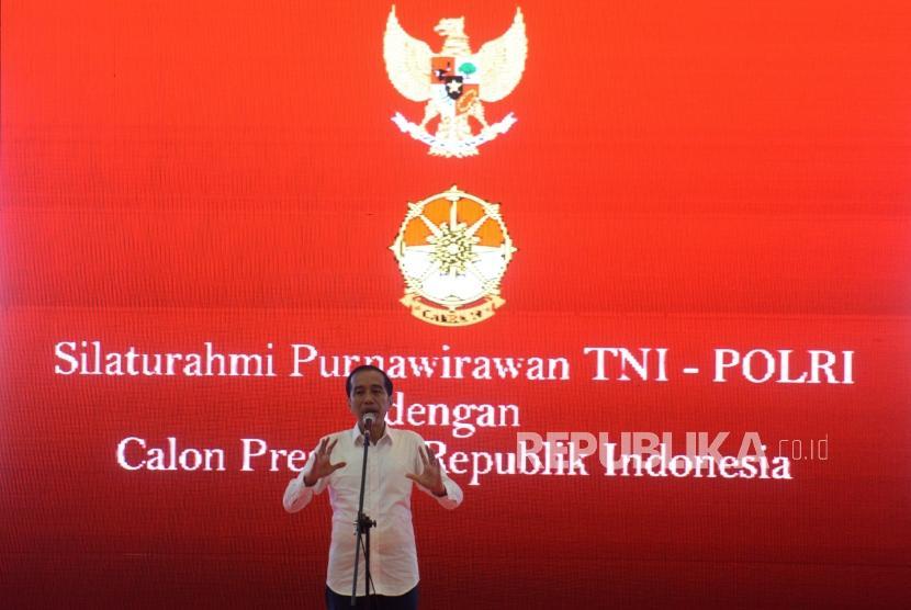 Calon Presiden nomor Urut 01 Joko Widodo saat menyampaikan pidato saat deklarasi purnawirawan TNI-Polri di Jiexpo Kemayoran, Jakarta, Ahad (10/2).