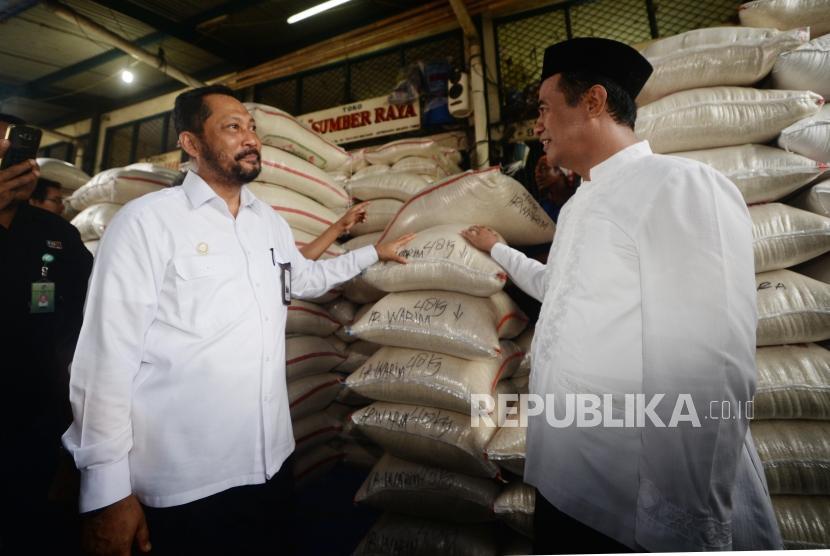Menteri Pertanian Amran Sulaiman (kanan) bersama Direktur Utama Perum Badan Urusan Logistik (Bulog) Budi Waseso (kiri) berbincang saat melakukan inspeksi mendadak (sidak) ke Pasar Beras Induk Cipinang (PIBC), Jakarta, Kamis (8/11/).