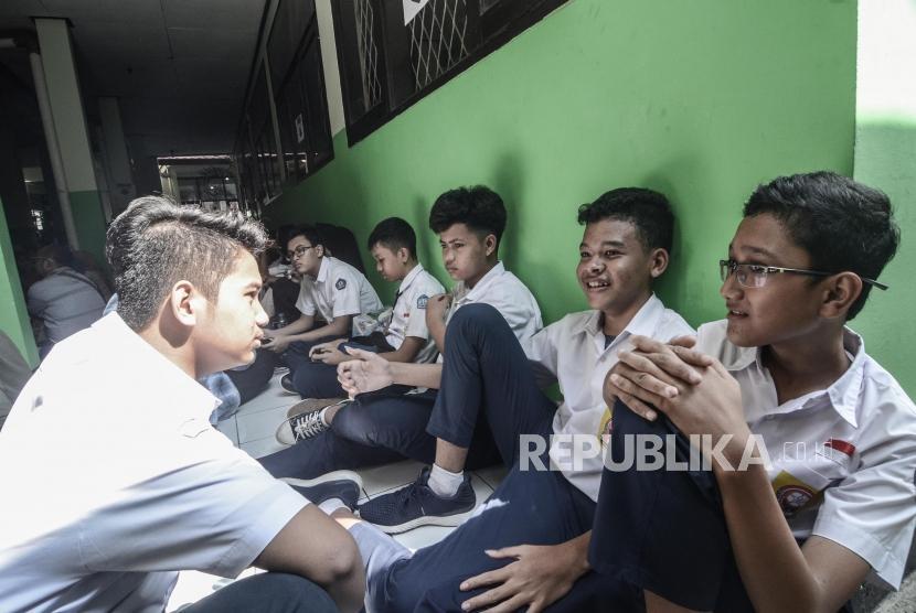 Pendaftaran PPDB online SMA.Sejumlah Calon Siswa menunggu pendafataran Penerimaan Peserta Didik Baru (PPDB) 2019 tingkat SMA-SMK di SMAN 2 Bekasi, Jawa Barat, Senin (17/6).