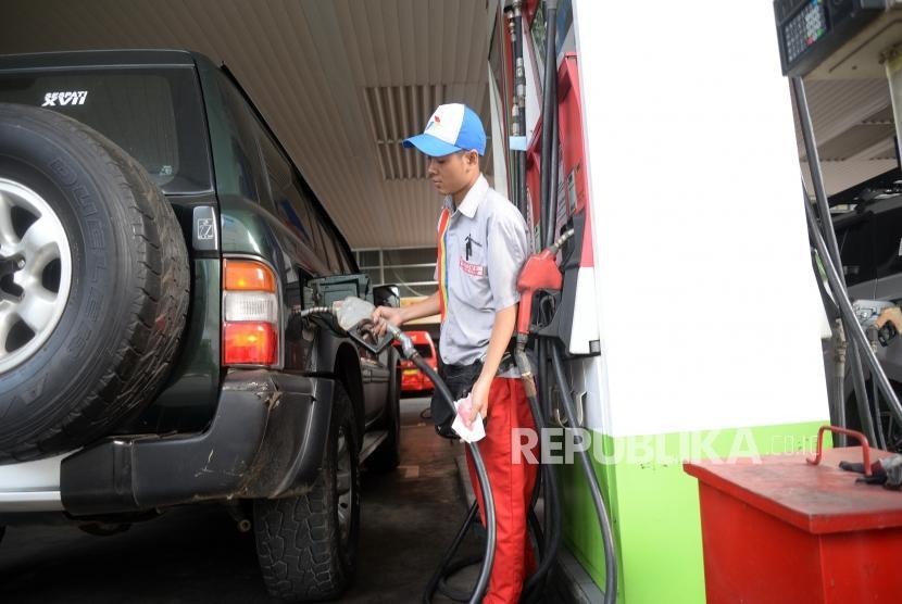 Penambahan Subsidi BBM. Kendaraan mengisi bahan bakar minyak di SPBU, Jakarta, Ahad (6/5).