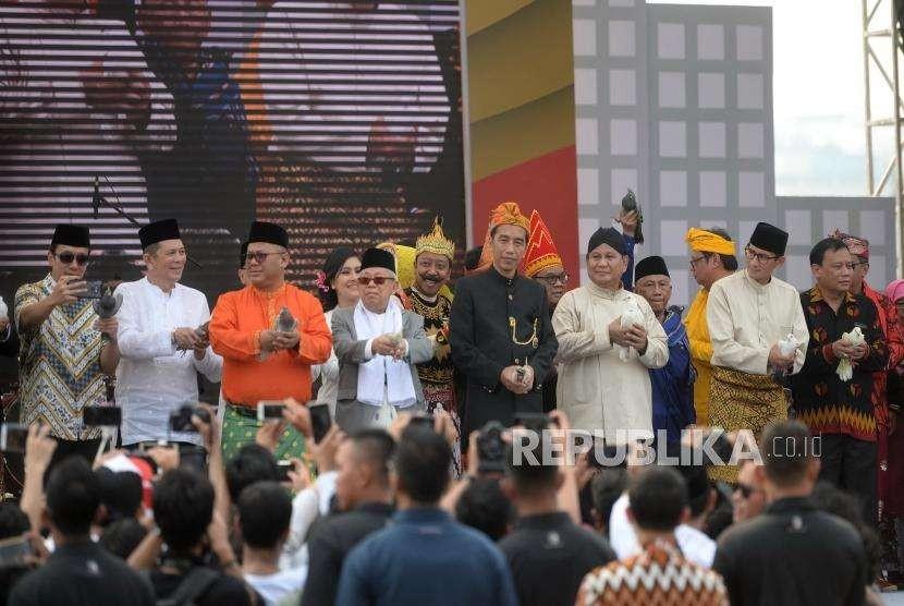 Deklarasi Kampanye Damai. Pasangan Capres nomer 01 Joko Widodo - Maruf Amin (kiri) dan Pasangan Capres no 02 Prabowo - Sandiaga Uno (kanan) bersama KPU melepas merpati usai mengucapkan Deklarasi Kampanye Damai dan Berintegritas Pemilu 2019 di Kawasan Monumen Nasional, Jakarta, Ahad (23/9).